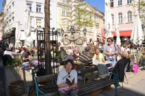 Mit dem Gratisbuch am Herrenplatz in St. Pölten