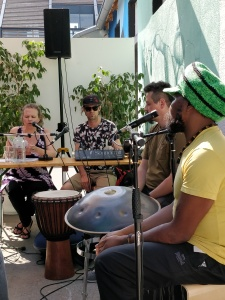 Yela Brodesseer mit Musikgruppe